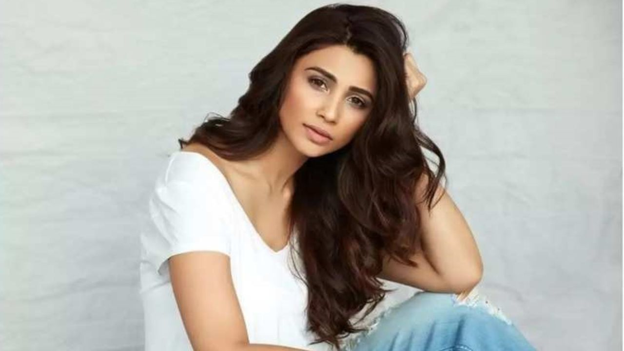 This picture of Daisy Shah is too cute to miss!